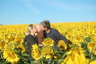 Mama_ellie_daddy_in_the_sunflower_field